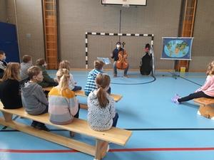 Alexandre Vay zeigt den SchülerInnen sein Cello
