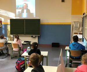 Bürgermeister Robert Pötzsch kam am Bundesweiten Vorlesetag per Video in die Klassenzimmer der Grundschule an der Beethovenstraße