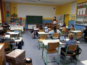 Grundschüler nutzen die Schultablets